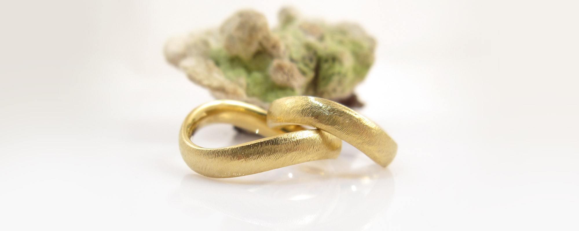 Hndlavede ringe Unikke smykker hos Castens Curvy coarse wedding